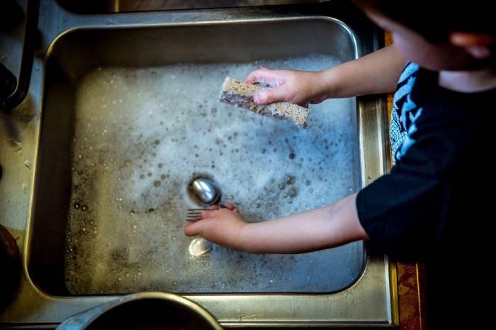 petite tache ménagère pour responsabiliser l'enfant dès le plus jeune age